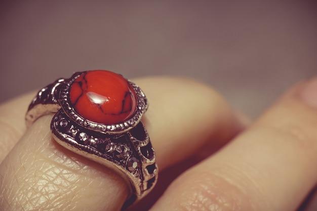 Vintage ring mit rotem türkis