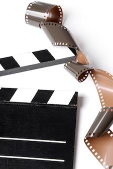 Vintage rollenkameraband und filmklappe auf weiß