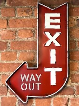 Vintage rotes zeichen exit / way out auf der mauer