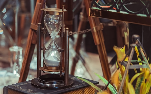Vintage sandglass auf altes buch