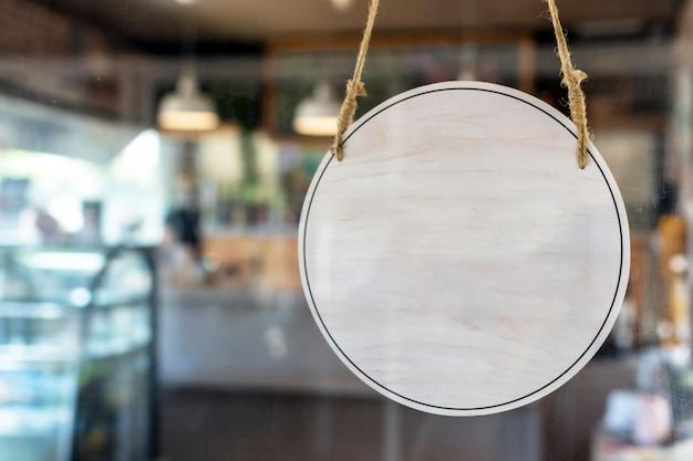 Vintage-schild hängt an der glastür in einem café