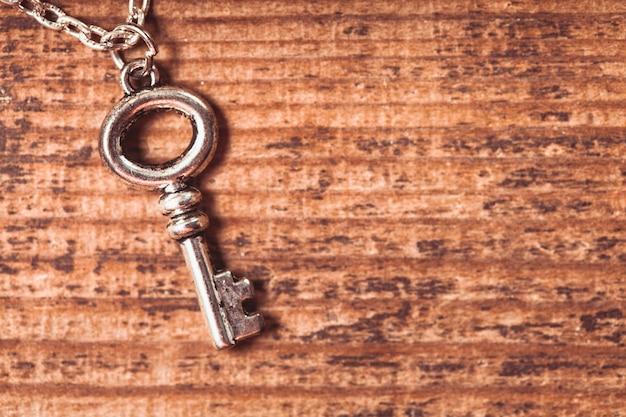 Vintage-schlüssel auf dem hölzernen schäbigen hintergrund