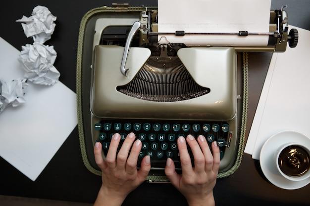 Vintage-schreibmaschine und weißes papier