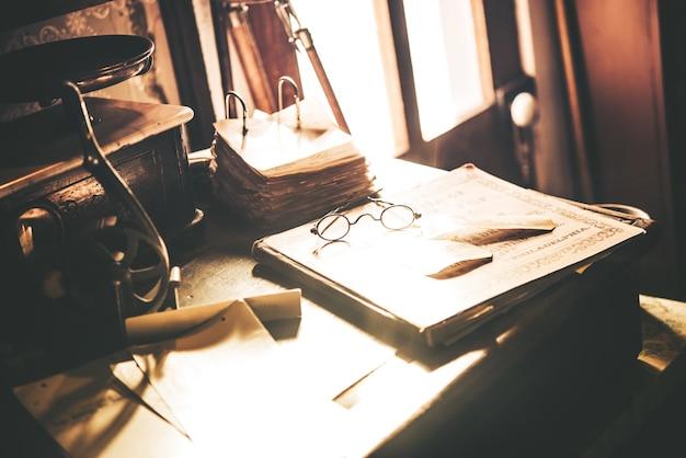Vintage schreibtisch mit brille