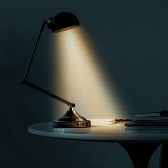 Vintage schreibtischlampe, die die dunkelheit beleuchtet