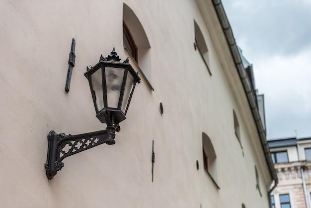 Vintage schwarze gotische straßenlaterne in der altstadt von riga vecriga, lettland