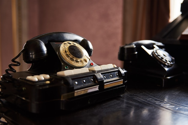 Vintage schwarzes telefon auf dem tisch