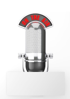 Vintage silbernes mikrofon mit blankopapier auf weißem hintergrund
