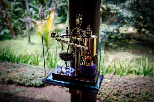 Vintage siphon für die zubereitung von frischem kaffee im freien
