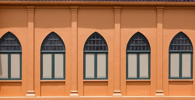 Vintage-stil des außenfensters mit der farbe des orangetons für architektur