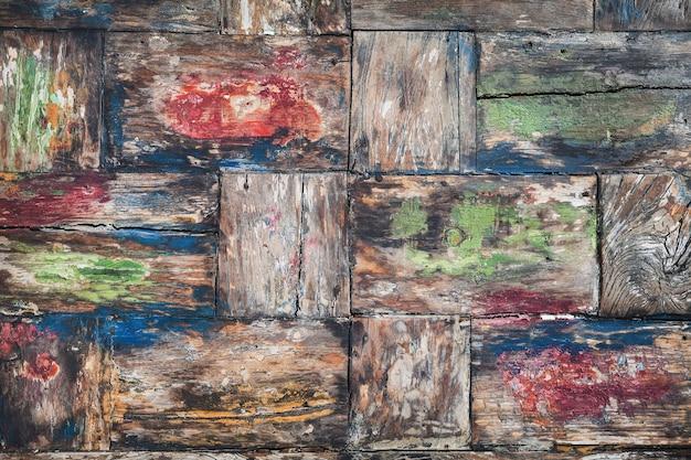 Vintage-stil, in verschiedenen farben bemalt, alte teakholz-tischplatte mit rauer oberfläche