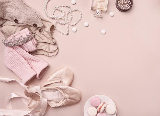 Vintage stillleben mit rosen und ballettschuhen