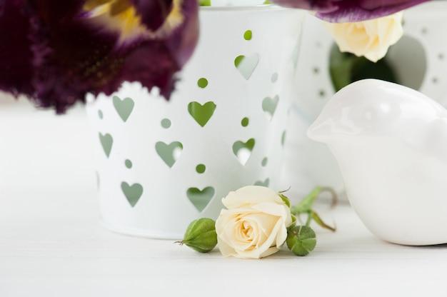 Vintage stillleben. weiße rose, lila tulpen