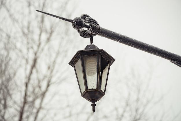 Vintage straßenlaterne. energiesparlampe.
