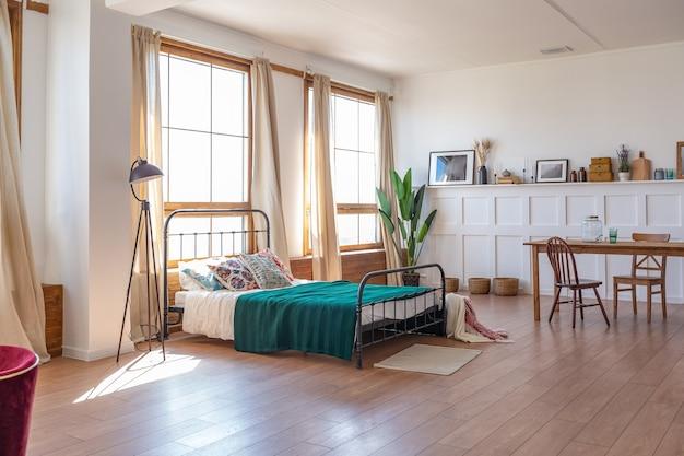 Vintage studio apartment interieur in hellen farben im alten stil