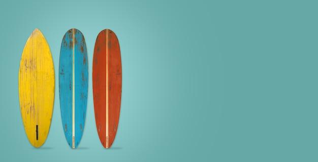 Vintage surfbrett auf farbigem hintergrund