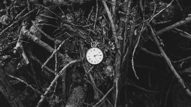 Vintage taschenuhr auf holzuntergrund