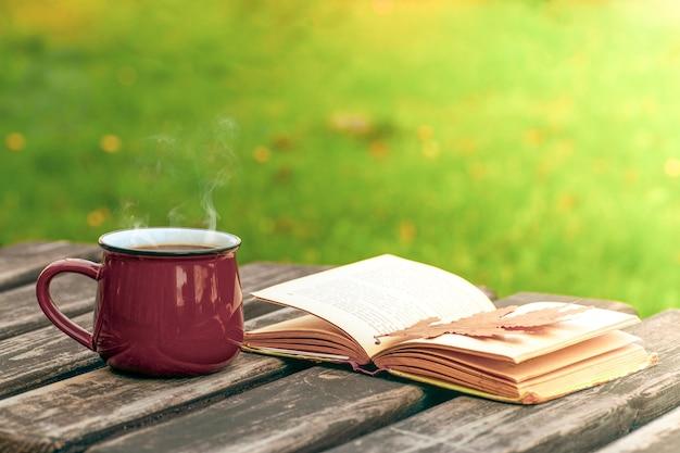 Vintage tasse kaffee und ein offenes buch