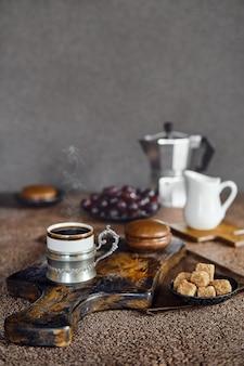Vintage tasse mit espressokaffee, schokoladenkuchen und trauben (fokus im vordergrund)