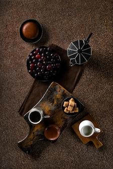 Vintage tasse mit espressokaffee, schokoladenkuchen und trauben (zurückhaltendes foto)