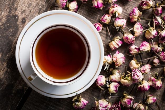 Vintage teekanne und tasse mit blühenden teeblumen