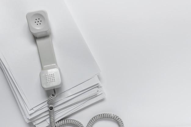 Vintage telefon mit büropapieren anrufen