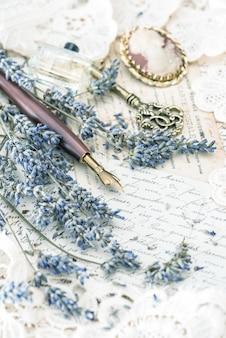 Vintage tintenstift, schlüssel, parfüm, lavendelblüten und alte liebesbriefe. getöntes bild im retro-stil