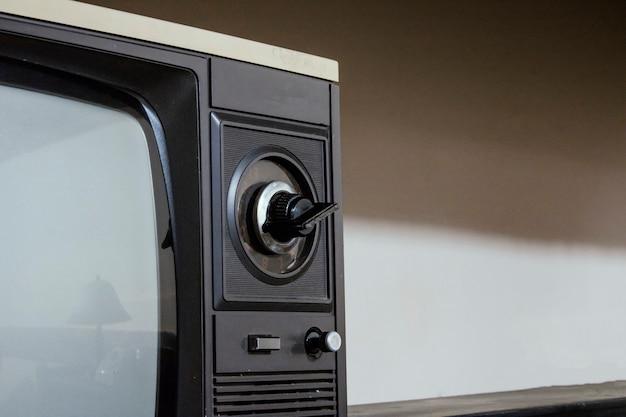 Vintage tv auf einem tisch