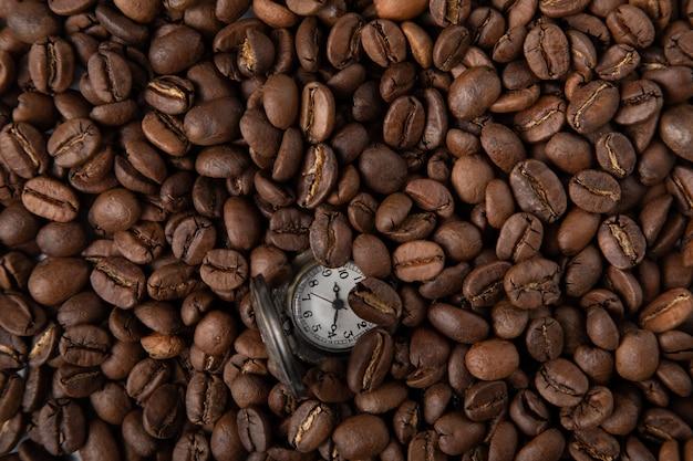 Vintage uhr mit kaffee