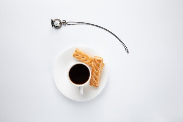 Vintage uhr mit kaffeetasse