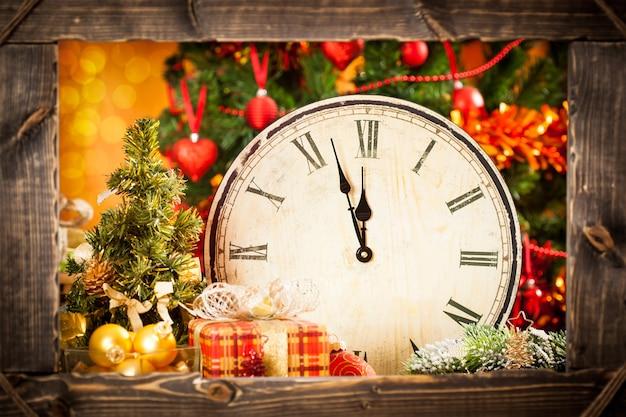 Vintage uhr und weihnachtsschmuck. durch einen rahmen schauen