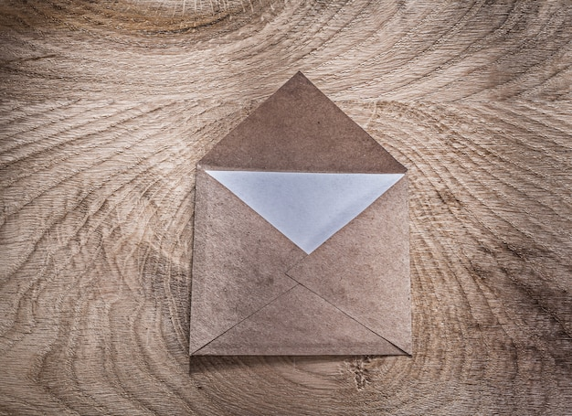 Vintage umschlag brief auf holzbrett