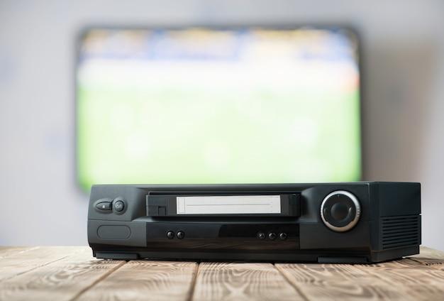 Vintage video player auf dem tisch
