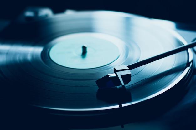 Vintage vinyl plattenspieler. blaue beleuchtung.