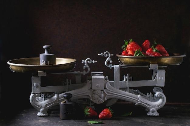 Vintage waage mit erdbeeren