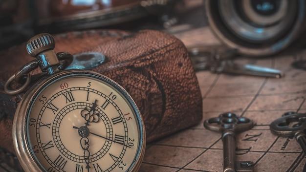 Vintage watch anhänger halskette auf alte weltkarte