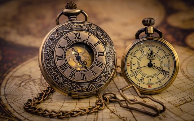 Vintage watch halskette auf alte weltkarte
