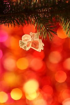 Vintage weihnachtsengel vor leicht verschwommenem hintergrund