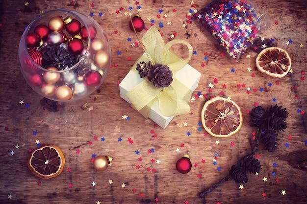 Vintage weihnachtshintergrund mit spielzeug, geschenkbox und konfetti, getönt