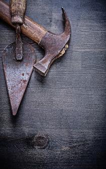 Vintage werkzeuge kittmesser klauenhammer auf holzbrett