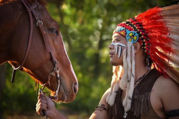 Vintages bild des roten indischen mannes und seines pferds.