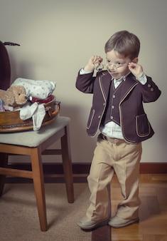 Vintages porträt eines jungen, der mit einer alten brille spielt