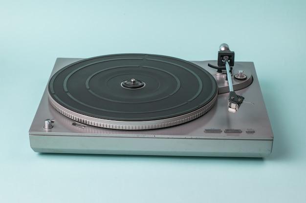 Vinyl-disc-player ohne disc auf blau. retro-ausrüstung zum musizieren.