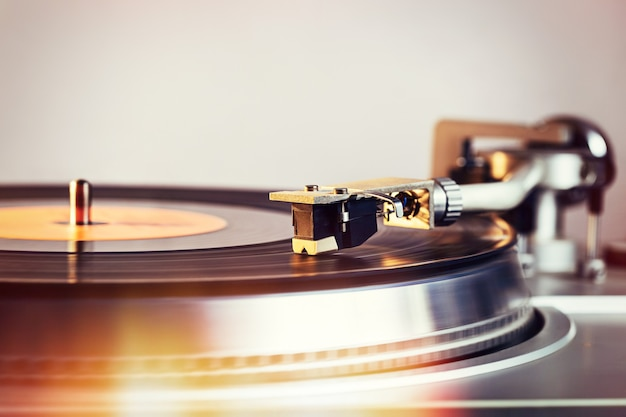Vinyl-plattenspieler, helle lichter. nadel auf schallplatte.
