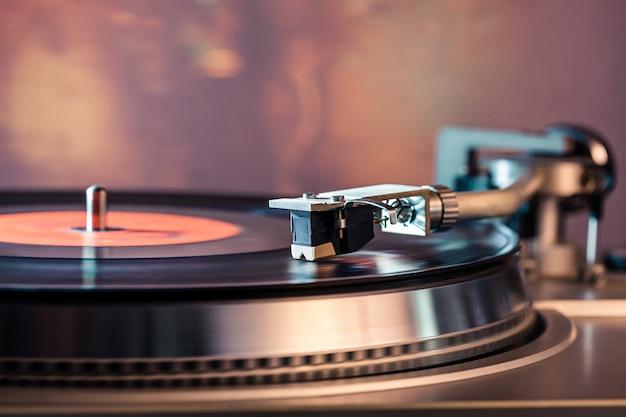 Vinyl-plattenspieler mit hellen lichtern