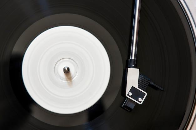 Vinyl-plattenspieler mit sich drehender lp-platte