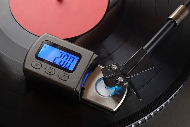 Vinyl-player-tonarm mit digitaler skalenanzeige zur einstellung der auflagekraft