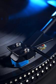 Vinyl-player-tonarm mit longplay- oder lp-schallplatten-nahaufnahme.