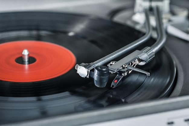 Vinyl-player. vinylplatte und nadel nahaufnahme.