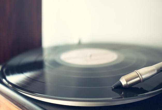 Vinyl spielt tracks auf dem plattenspieler
